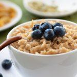Porridge con burro di noci e frutta fresca