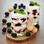 Tiramisù allo yogurt con more