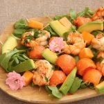 Insalata di gamberi, papaya, melone e avocado