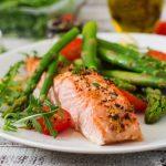Salmone al forno con asparagi e pomodorini