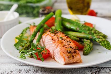 Ricetta Salmone Asparagi.Salmone Al Forno Con Asparagi E Pomodorini La Cucina Salutare