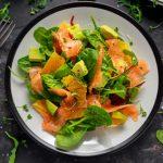 Insalata con salmone affumicato e avocado