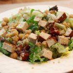 Insalata di quinoa, ceci e tofu